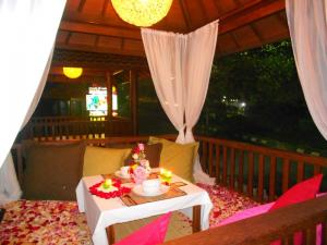 Candle light dinner romantis di gazebo Warung Khas Batu