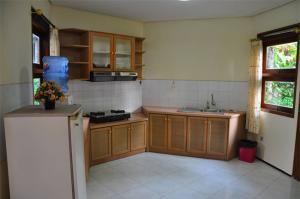 the-batu-villas-malang-villa-klub-bunga-villa-8-kitchen
